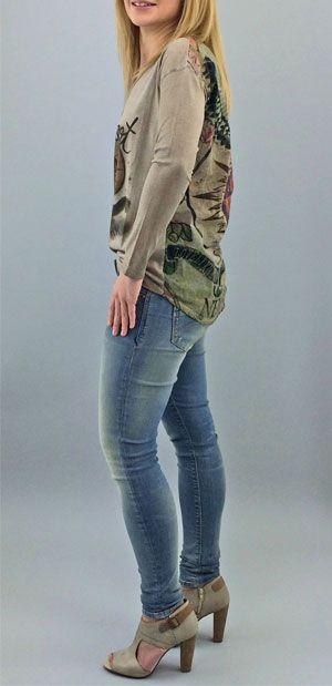"""Indian Summer - Frühlingszeit ist T-Shirt Zeit! Im Übergang sind farbenfrohe Langarmshirts """"Haben-Will"""" Teile, wie hier von LIEBLINGSSTÜCK. Das mit TATTOOprint in Ethnomustern bedruckte Shirt ist im Rücken aus fießendem Materialmix und sonst aus Jerseystretch. Die überschnittene Schulterpartie und unterschiedliche Saumlänge unterstreicht die Lässigkeit des Shirts. Cool dazu ist die skinny Jeans von HILFIGER DENIM in Vintagewaschung."""