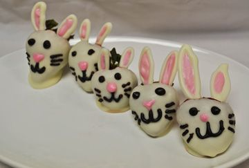Recipe for Chocolate Covered Strawberry Bunnies! Perfect for Easter!: Chocolate Covered Strawberries, Cupcake Cak Ideas, Easter Bunnies, Strawberries Bunnies, Strawberries Ideas, Choco Strawberries, Chocolates Covers Strawberries, Strawberries Easter, Chocoley Chocolates