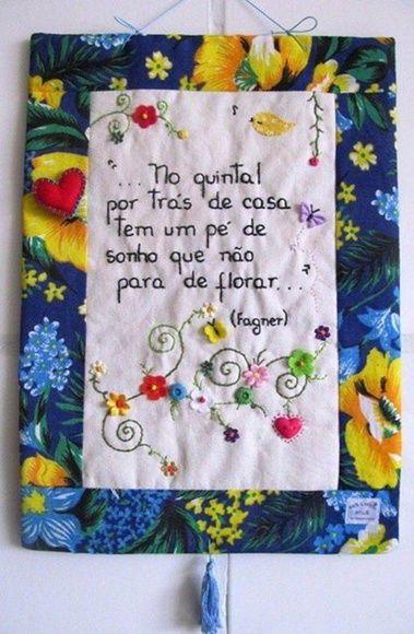 ?MODELO EXCLUSIVO ARTE E OFÍCIO ATELIÊ?    Confeccionado em tecido 100% algodão e estruturado com manta acrílica.  As frases são bordadas a mão e os detalhes são escolhidos no momento da criação, de acordo com a frase, estampa e cores do tecido.
