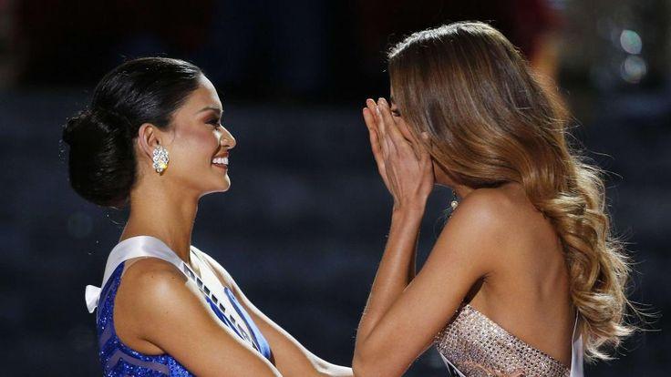 Miss Colombie, Ariadna Gutierrez (D), réagit à l'annonce de son couronnement lors de la cérémonie de Miss Univers 2015 à Las Vegas (Etats-Unis), le 20 décembre 2015. Quelques minutes plus tard, elle devra donner sa couronne à Miss Philippines (G), la vraie gagnante. | JOHN LOCHER / AP / SIPA