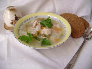 Фото к рецепту: Суп с индейкой, рисом и горошком «Глобус».