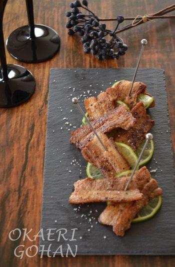 簡単なのにオシャレで、お酒のお供にもピッタリ!スパイシーな豚ばら肉です。ライムを添えて爽やかな演出と香りを楽しんでください。