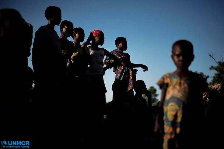 I conflitti tra comunità rivali e le violenze della milizia Mai Mai hanno causato oltre 600mils sfollati solo nella provincia di Katanga. Queste donne della comunità Twa hanno dovuto abbandonare le loro case, i loro campi e i loro raccolti e ora vivono in rifugi improvvisati sparsi nella regione.   Tra questi c'è anche l'eccezione del villaggio di Mukondo, dovei Twa e Luba convivono in solidarietà, nonostante le difficili condizioni di vita.