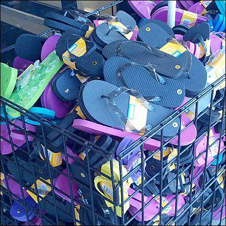 Bulk baskets o contenedores presentadores, son muebles metálicos donde se exponen de forma desordenada, para crear sensación de oferta o precio bajo.