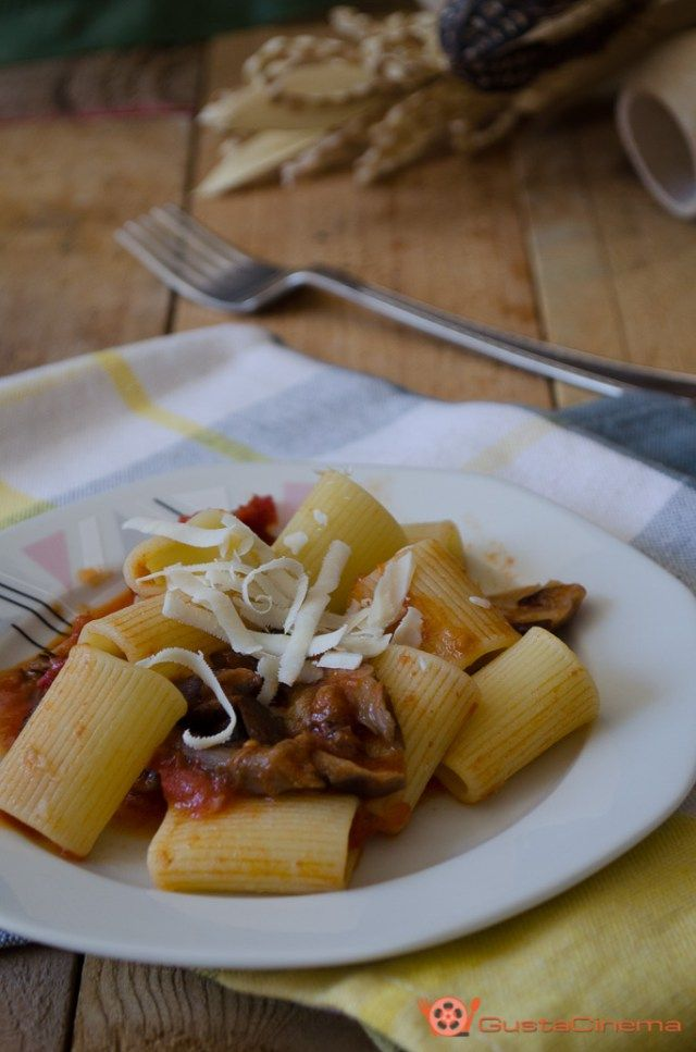 Pasta ai funghi chiodini è un primo piatto semplice ma ricco di gusto. Facile e veloce da preparare.