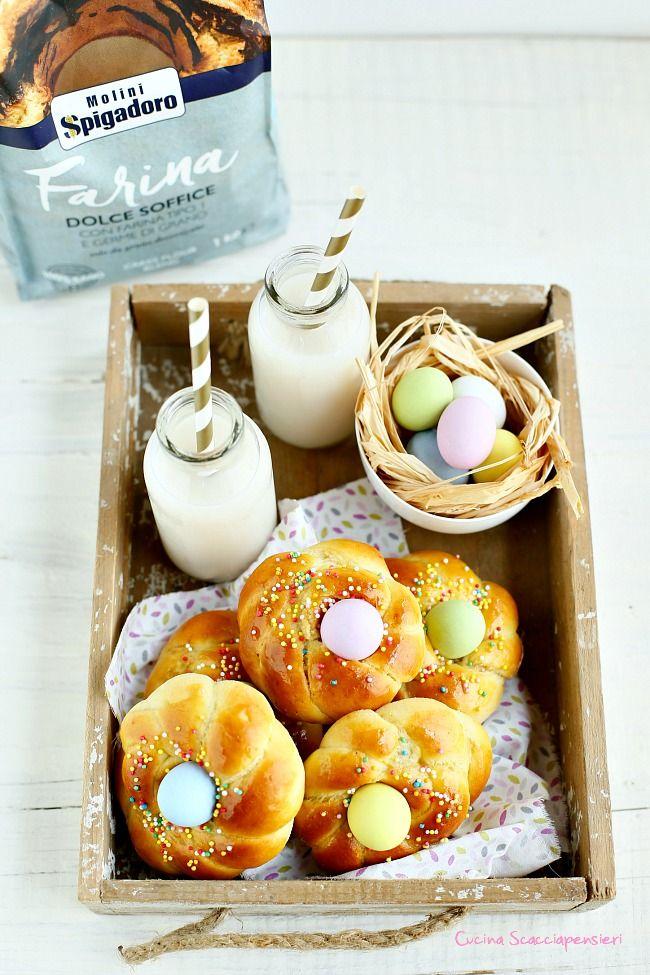 Brioches di Pasqua con miele e ovetti di cioccolato