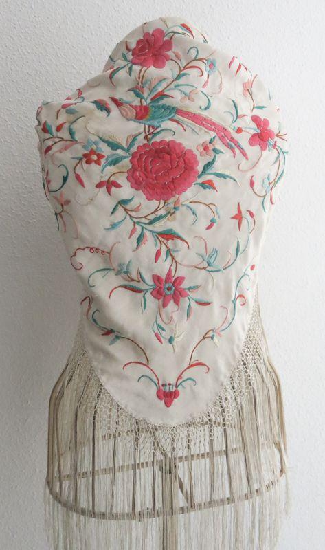 Antiguo Mantoncillo Beige bordado en Colores #Flamenca #Feria