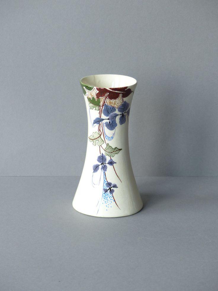 Antiek, vaas van Amphora, Nederlandse art nouveau, 1910-1920, wit met floraal decor, paarse planten en bloemen by PrettyandPreloved on Etsy