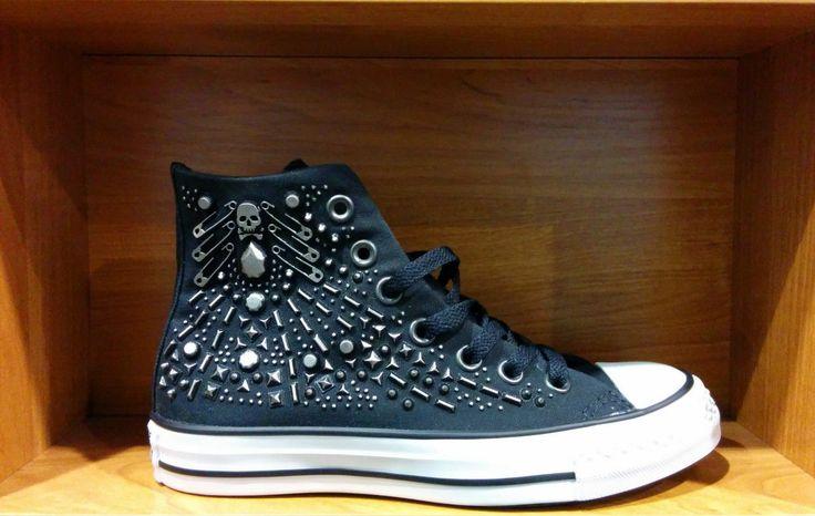Кеды Converse с булавками и клепками. Цена: 4900 рублей. Доставка по России. #Converse #Обувь #Женская_мода