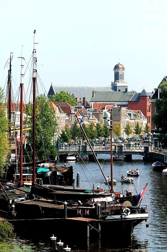 Leiden - vanaf Galgewater met zicht op de Apothekersdijk