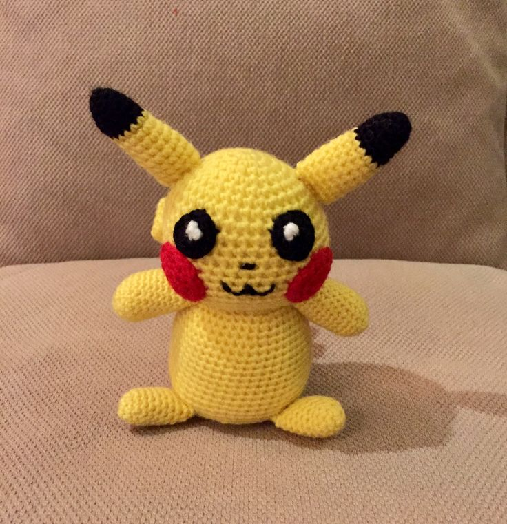 Pikachu crochet 15 cm high in 5 colors yarn: yelliw, black, red, white and brown.
