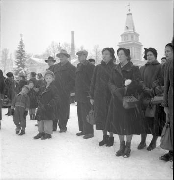 People are listening the 'Pronouncement of the Christmas peace' in 1952, Tampere - Joulurauhan julistusta kuuntelevaa yleisöä 1952. Valokuvaaja: Kauppila Ensio. Vapriikin kuva-arkisto.