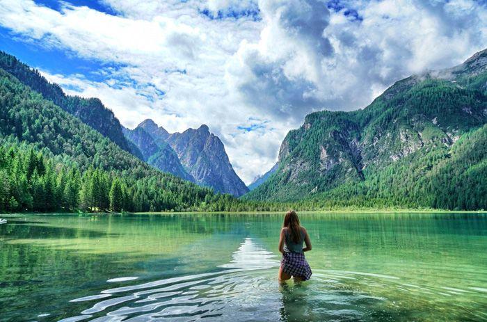 Im Toblacher See könnt ihr schwimmen. Es kann aber etwas frisch sein. Mehr Reisetipps zum Hochpustertal in Südtirol findet ihr auf dem Reiseblog Lilies Diary.