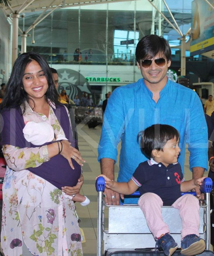 Vivek Oberoi snapped with wife and his kids! | PINKVILLA