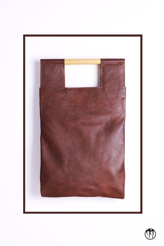 LESS is BAG Brown -  Borsa realizzata a mano in pelle marrone cognac scuro con manici in legno. Doppia tasca interna e laccio portachiavi