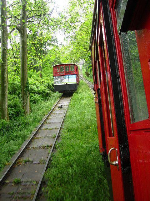 Se puede subir al Parque de Atracciones de Igeldo por carretera, pero subir en funicular es un acontecimiento.  Va lentísimo. Se inauguró en 1912.