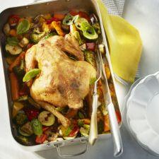 Kip met zomergroenten uit de oven. Misschien wel de lekkerste ooit!  Wel recept aangepast aan de aanwezige ingrediënten : bloemkool i.p.v. broccoli, koolrabi en wortel vergeten en citroen ingelegd met zout. Heerlijk!
