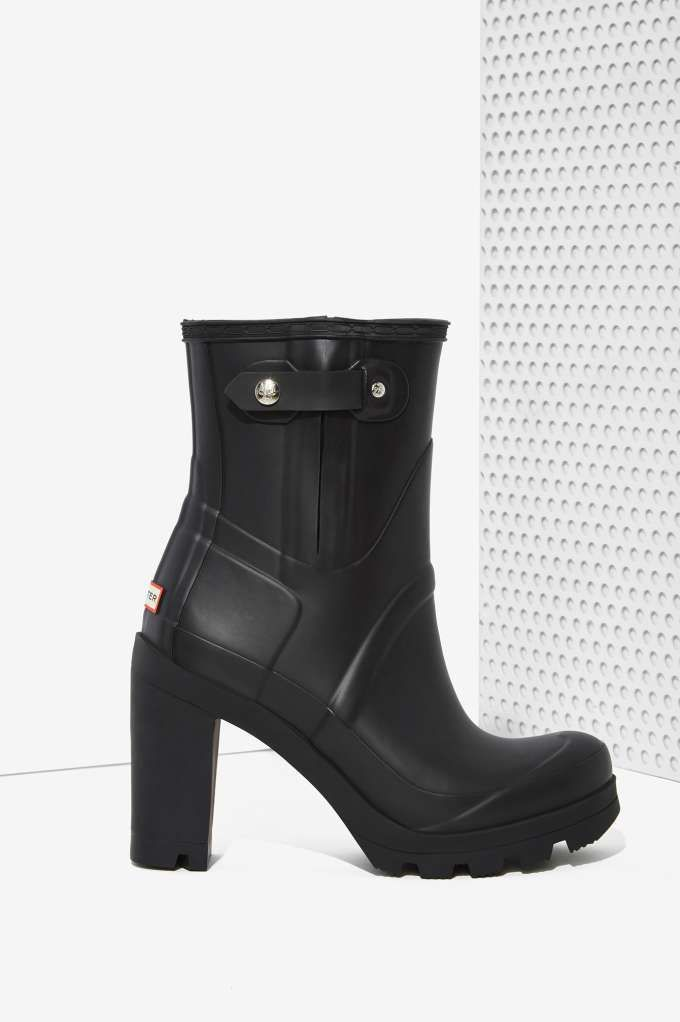 You'll want to make it rain once you have these black Hunter rainboots in your arsenal.