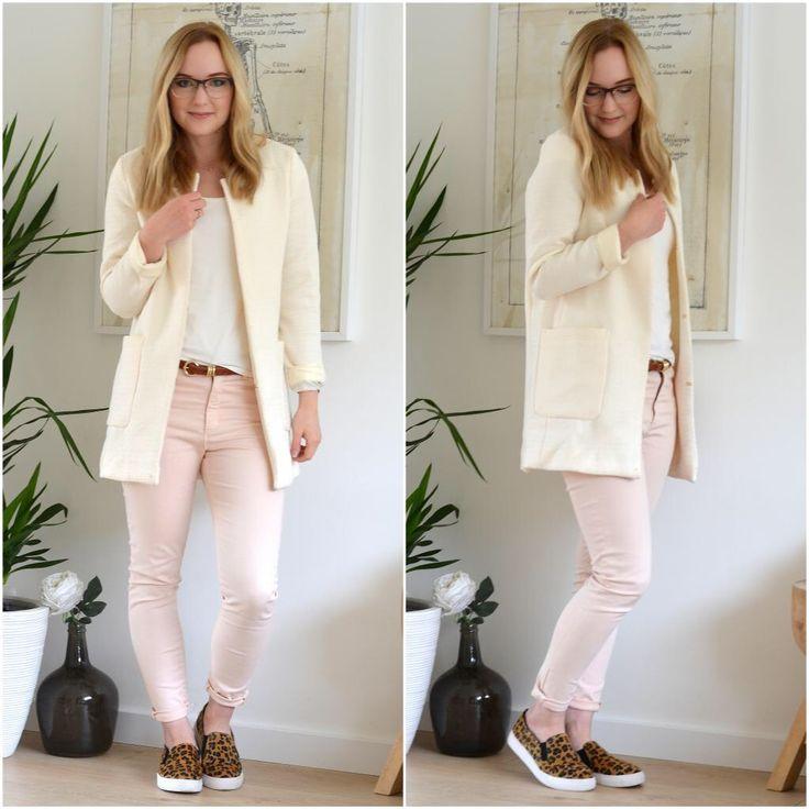Witte jas/vest van Loavies Wit t-shirt van Vanilia Riempje van Bijenkorf Lichtroze broek van Vanilia Slip-ons met panterprint van Loavies