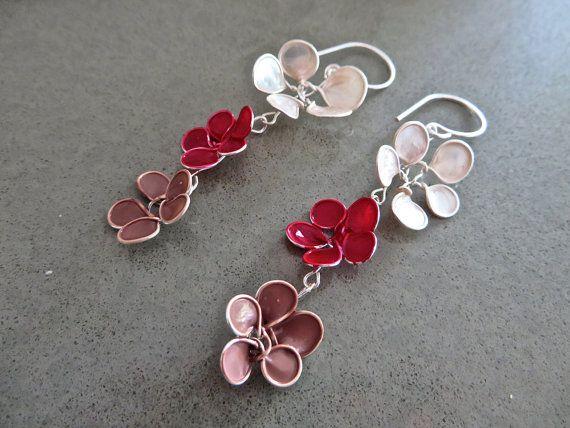 Articoli simili a Estate fiore orecchini, orecchini da filo e smalto per unghie, estate Dangles, perla, rosso e caramello, su Etsy