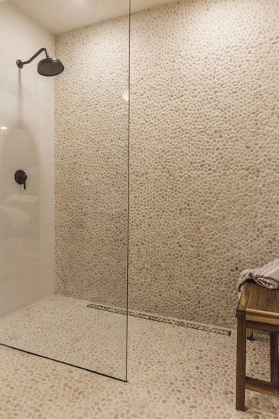 Mozaïek op net natuursteen keien beach pebbles klassieke badkamer