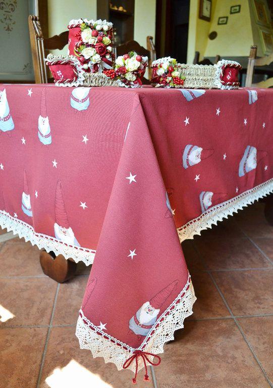 TOVAGLIA MAGIE DI NATALE - PatriziaB.com  Deliziosa tovaglia natalizia realizzata in tessuto di puro cotone rosso carminio  impreziosita da un bordo in fine merletto