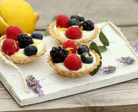 Tartaletas de crema de chocolate blanco y frutos rojos