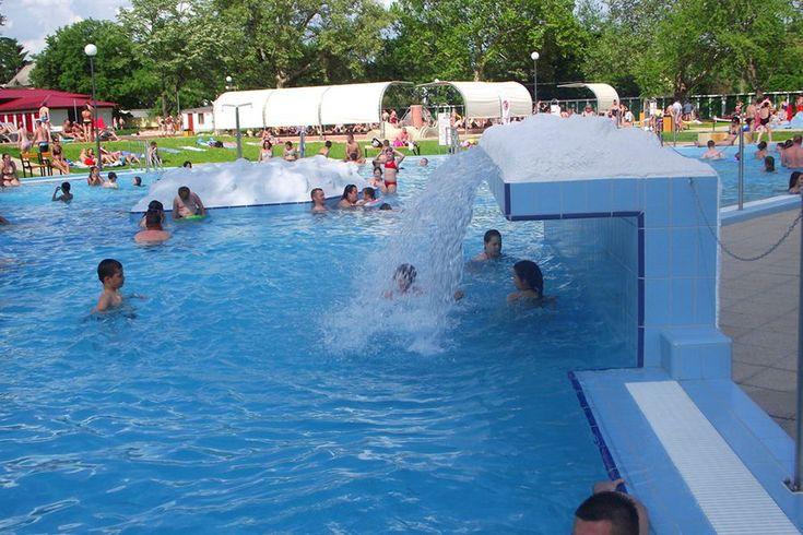 A Bihar Termálliget egyaránt kínál sportolási és szórakozási lehetőséget az idelátogatók számára. A fürdőben többféle medence, gyógyfürdő és szauna is található.