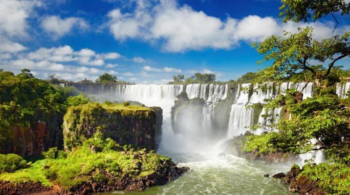 De fantastiske Iguazu vandfald ligger på grænsen mellem Brasilien og Argentina