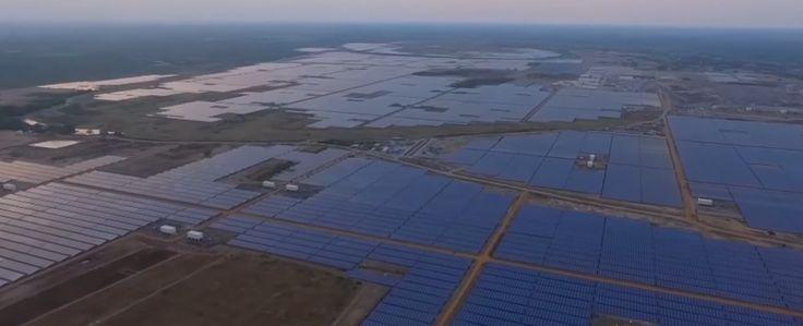 O custo da eletricidade provinda de fonte solar fotovoltaica caiu na Índia e esse fator deve estimular ainda mais o crescimento do investimento indiano em energias renováveis. O país acaba de ultrapassar os 50 gigawatts (GW) de capacidade instalada de energias renováveis, isso sem contar com as usinas hidrelétricas, representando 15% da matriz energética. Além disso, as ofertas preliminares deste ano do primeiro grande leilão solar mostraram queda recorde no custo da eletricidade solar…
