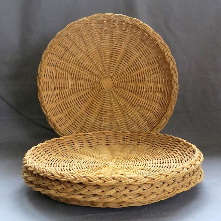 Set of 4 Wicker Picnic Plate Liner Holders. Each of these plate holders is designed to support a paper plate, resulting in fewer spills and making
