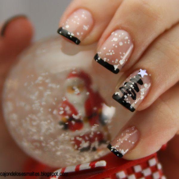 """Não gosta de unhas vermelhas, mas quer investir em unhas de Natal? Aposte no nude (ou um simples extra brilho) e faça uma inglesinha preta. Com um pincel no anelar, """"rabisque"""" uma árvore. Use um palitinho com esmalte branco para fazer pequenos flocos de neve e a estrela na árvore!"""