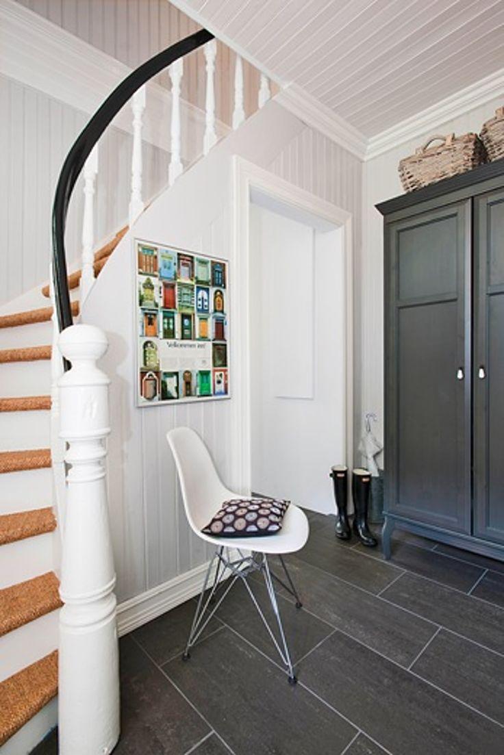 Moderne designmøbler gir nytt liv til sveitservillaen, som er totalrenovert med fokus på å beholde gamle detaljer.