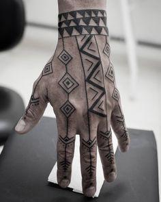 Referências indígenas na mão do Ricardo, ashaninka e iananonami! (em COVIL Tattoo)