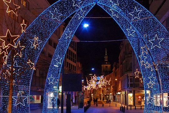 Thionville. En Moselle, les rues de Thionville menant au beffroi se parent d'arches de Noël.