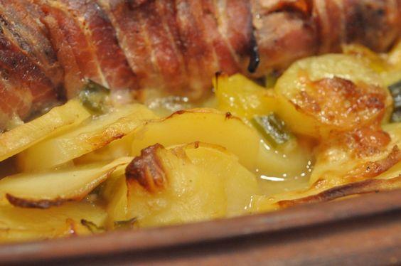 Mørbrad i baconsvøb på bund af flødekartofler med bouillon, forårsløg og peberfrugt. Maden laver sig selv i Römertopfen og efter 3 timer er der serveret. Uhm!