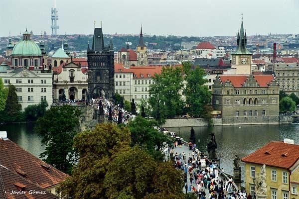 El famoso Puente de Carlos de #Praga, un lugar muy concurrido.