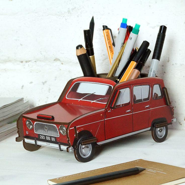 Nach Citreon 2CV und HY nun ein weitere Klassiker aus Frankreich: Der legendäre R4. Das Kultauto von Renault macht nicht nur als Stiftebox eine gute Figur, sonder hat auch ordentlich Platz unter der Haube, für weitere Schreibtischutensilien.