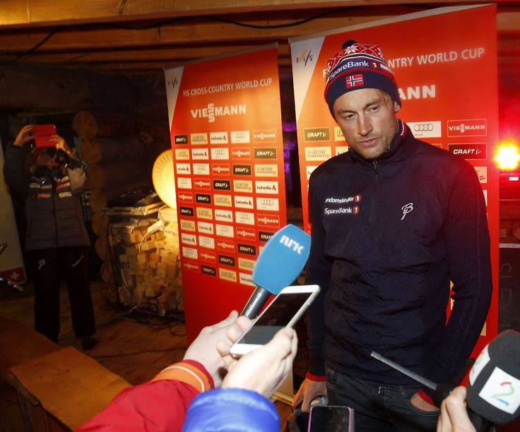 <p>MIDTPUNKTET: Petter Northug snakker med norsk presse i en finsk tømmerhytte på skistadion i Kuusamo. Slik ser han ut i landslagets klær.</p>