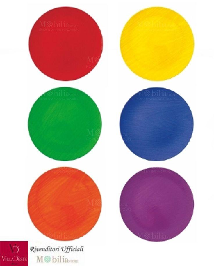 Sottopiatti Colorati Tondi Baita Villa d'Este Set 6 Pezzi, in resina colorata, liscia e opaca con effetto legno, in 6 colori assortiti: viola, arancio, rosso, verde, giallo e blu.