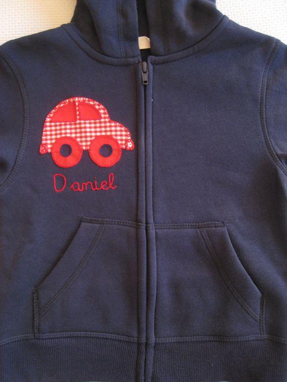 Camiseta y sudadera a juego paraDaniel, con un coche en tonos rojos y un osito en topos grises para Elena las dos con lo...