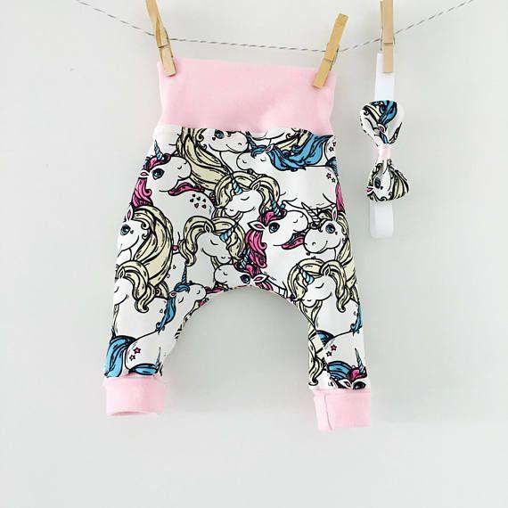 Pantalon ample avec taille elastique pour bébé. Ce sarouel bébé est ultra confortable, il tien bien en place, sans serrer les petits ventres douloureux. Le change sera très facile pour les plus petits, et les grand gagnerons en autonomie grâce à cet enfilage rapide. Le bandeau vient terminer la tenue Ensemble realisé à la main sur commande Sarouel : Jersey œko tex , ceinture et chevilles en bord cote ( 96% coton, 4% lycra) Bandeau : Tissus assortis Modèle presenté en photo : 0-3 mois (di...