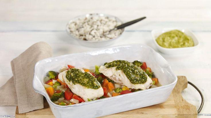 Oppskrift på Ovnsbakt torsk med pesto og fargerike grønnsaker, foto: