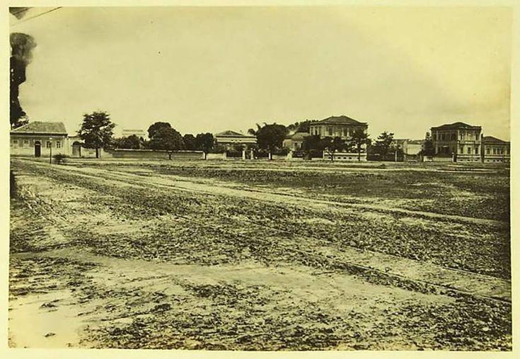 1894 - Praça da República. Temos aqui o Largo Sete de Abril (atual praça da República) no ano de 1890. À esquerda, a Rua Barão de Itapetininga. À direita, a esquina com a Rua Sete de Abril, onde se vê a fachada principal do Palacete de Augusto de Sousa Queirós.