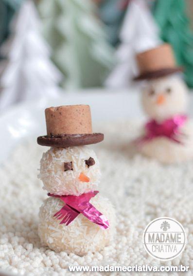 Boneco de Neve de beijinho recheado com uva e chapéu de paçoca e biscoito - Coconut truffles snowman