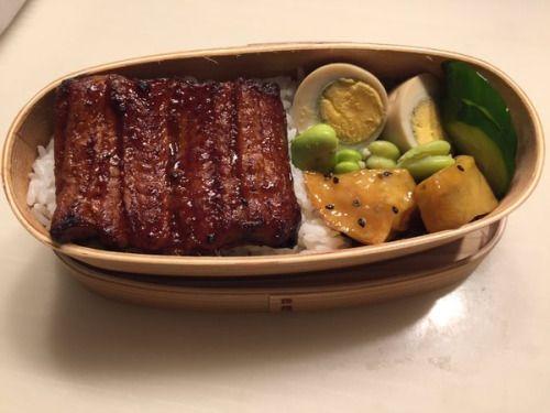 posted by @pearltosky #obentoart鰻丼煮卵大学芋そら豆胡瓜浅漬け
