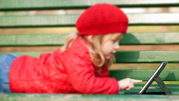 Lastenpsykiatri Jari Sinkkonen kertoo lasten leikkimisen vähentyneen. Leikkiminen on niin lasten kuin vanhempien mielestä lapsellista.
