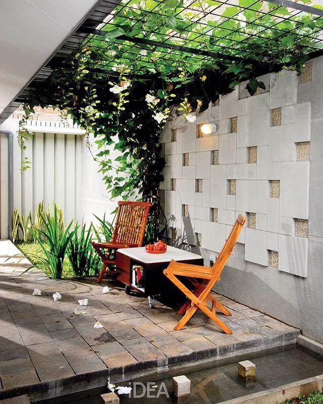 Ide bagus buat tempat santai di teras nih! Lahannya tidak besar. Atap tanaman…