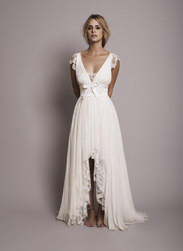 Den er flot, fordi man ikke ser et slids som på denne - på netop en brudekjole...og så er den flot med ..hmm flæser, hedder det vist!