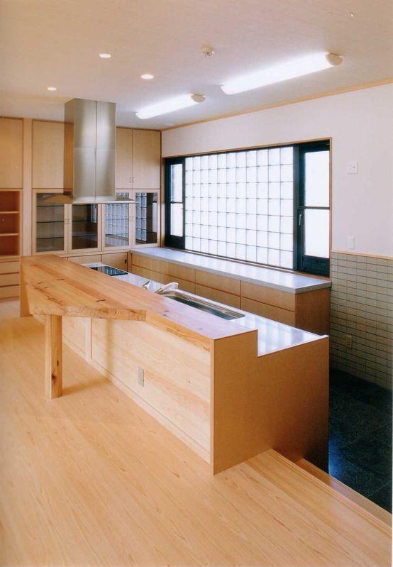K-T house:秋田杉の造作カウンター+キッチン。レンジフードは「GAGGENAU」。一面のガラスブロックから自然光が差し込みます。